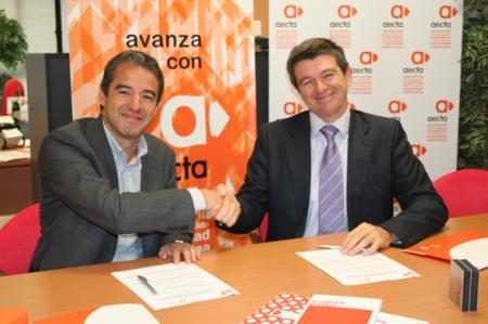 Tomas Guillén y Vicente Muñoz en la firma del convenio